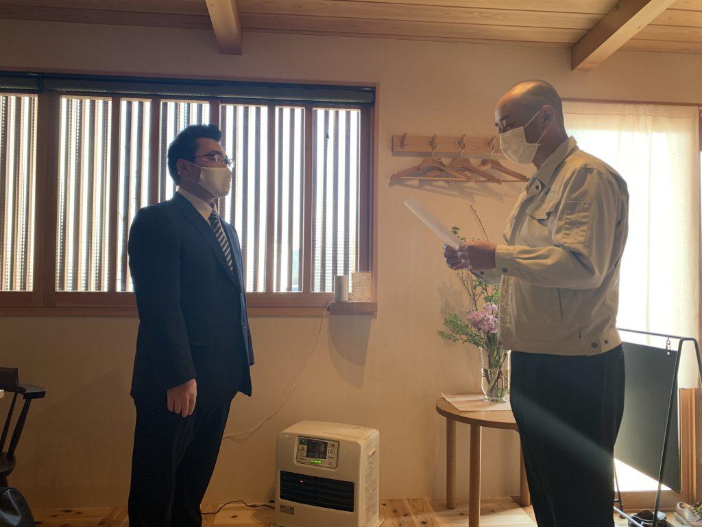 飛騨五木グループ2021年の入社式にて、辞令交付の様子